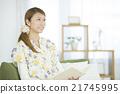 讀一本書的婦女在客廳 21745995