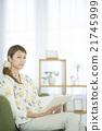 讀一本書的婦女在客廳 21745999