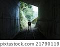 男人 已廢棄的鐵路線 徒步旅行 21790119