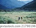 男子走在山中 21790196