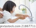 洗他的手的一个2岁的女孩 21867711