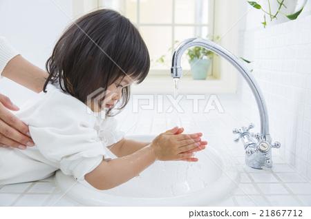 손을 씻고 2 세 소녀 21867712