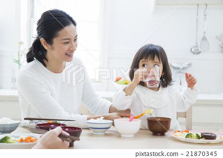 吃生活方式米飯的三個家庭 21870345