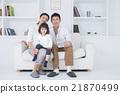 在生活方式沙發上操作智能手機的三個家庭 21870499