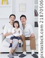 สามครอบครัวที่ใช้งานสมาร์ทโฟนบนโซฟาไลฟ์สไตล์ 21870506
