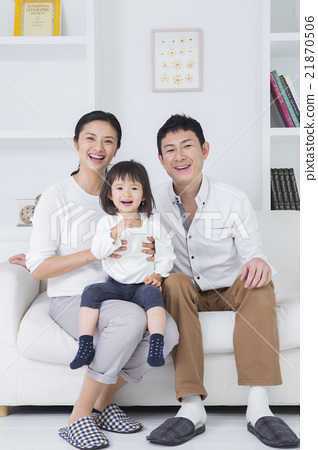 Three families who operate smartphones on a lifestyle sofa 21870506