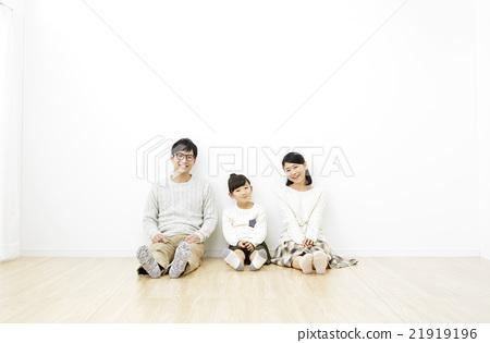 방에 앉아 세 가족 21919196