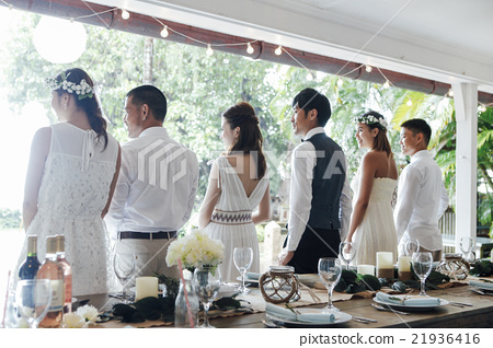 Men and women preparing parties 21936416