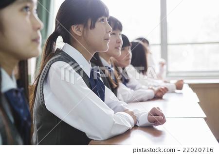 교실에 앉아 여학생 22020716