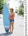 サーフボードを持って立つ女性 22041777