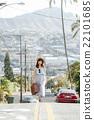 ハワイ旅行中の女性 22101685