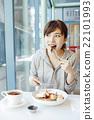 放鬆在咖啡館的婦女 22101993