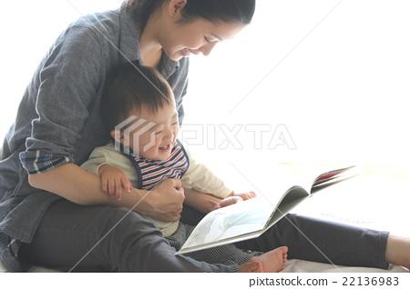 寶貝看到一本圖畫書 22136983