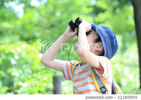 เด็กชายกำลังมองดูกล้องส่องทางไกล 22260005