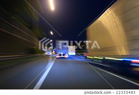 밤도 메이 고속도로를 주행하는 대형 트럭 22333483