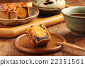 Sliced red bean paste moon cake with yolk   22351561