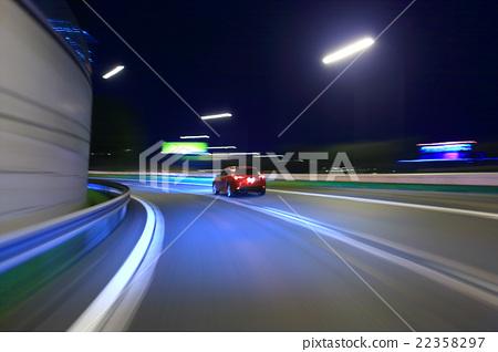 在晚上運行在Tomei高速公路的汽車 22358297