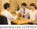 年轻的男人和女人敬酒到一家酒吧 22363820