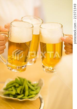 年轻的男人和女人敬酒到一家酒吧 22371349