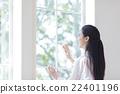 日本妇女擦窗户 22401196