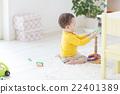 เด็กผู้ชายกำลังเล่นโยนแหวน 22401389