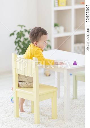 의자에 앉으려고하는 소년 22401392
