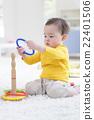 เด็กผู้ชายกำลังเล่นโยนแหวน 22401506