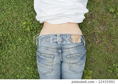 청바지를 입은 여성의 엉덩이 22435991