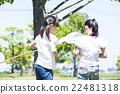 นักเรียนระดับประถมศึกษากำลังเล่นกลางแจ้ง 22481318