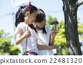 นักเรียนระดับประถมศึกษากำลังเล่นกลางแจ้ง 22481320
