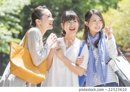 젊은 여성 3 명 22523610