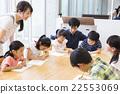 초등학생과 젊은 여성과 남성 22553069