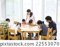 초등학생과 젊은 여성과 남성 22553070