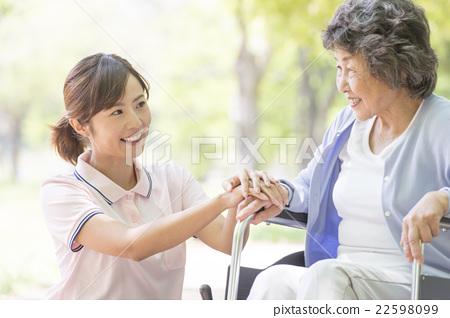 婦女和老年人推輪椅 22598099
