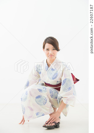 다리를 다친 여성 (유카타) 22607187