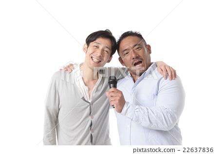 兩個男人享受卡拉OK 22637836
