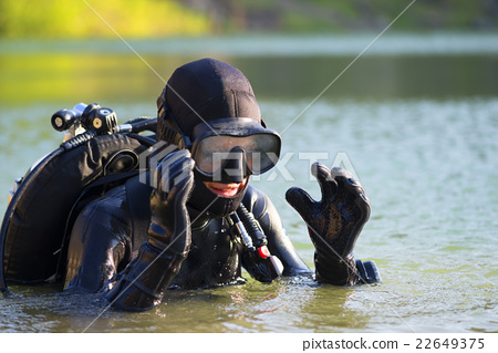 diver woman in the water 22649375