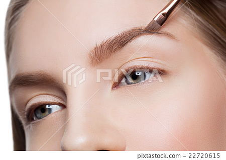 Stock Photo: Woman correcting eyebrows form