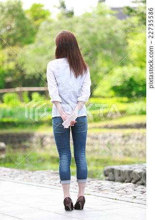 一個年輕成年女性 女生 女孩 22735586