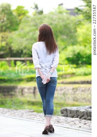 一個年輕成年女性 女生 女孩 22735587
