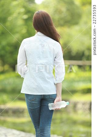 一個年輕成年女性 女生 女孩 22735593