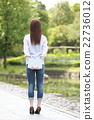 一個年輕成年女性 女生 女孩 22736012