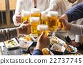 一個人在酒吧里敬酒 22737745