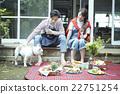 คู่แต่งงานอาศัยอยู่ข้างนอก 22751254