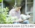 ผู้ชายใช้เวลากับสัตว์เลี้ยง 22751467