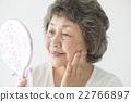觀看手鏡的資深婦女 22766897