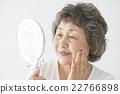 觀看手鏡的資深婦女 22766898