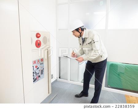 檢查消防栓的工人 22838359