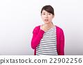 ผู้หญิงกำลังถือคอ 22902256