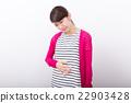 一个抱着她的肚子的女人 22903428